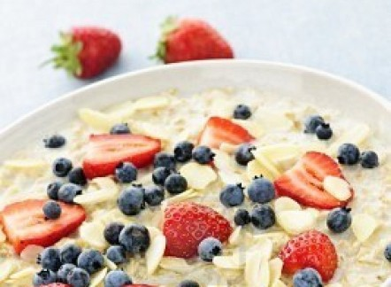 7776464-bowl-of-hot-oatmeal-breakfast-cereal-with-fresh-berries4